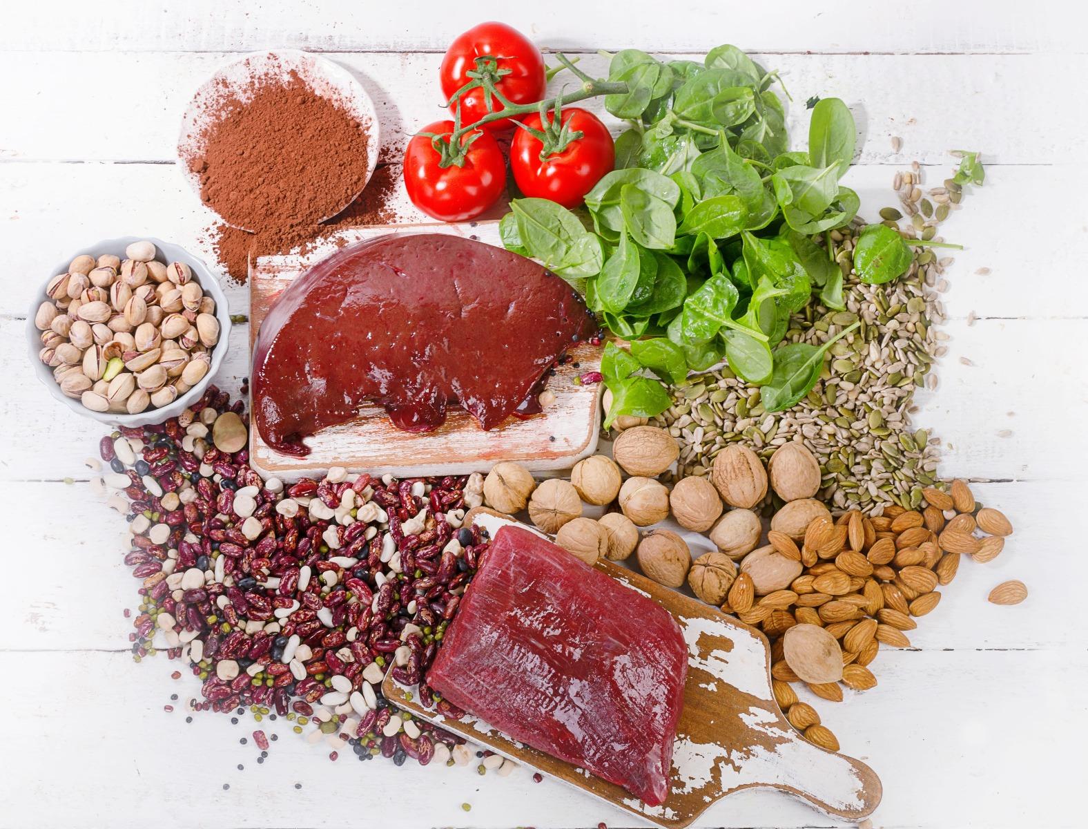vas élelmiszerek pisztácia, spenót, magvak, dió, mandula